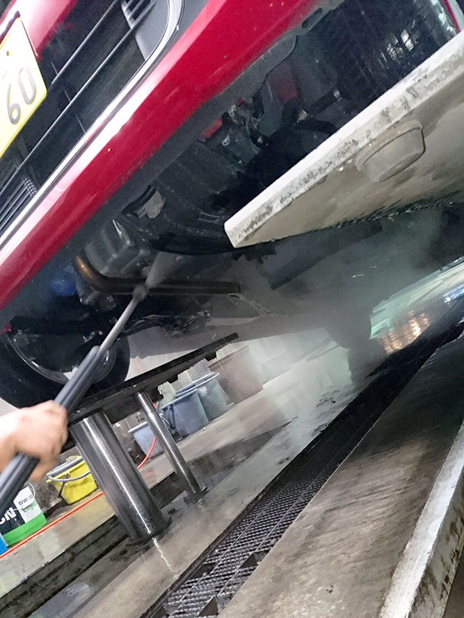 下回りについた凍結防止剤をスチーム洗浄!