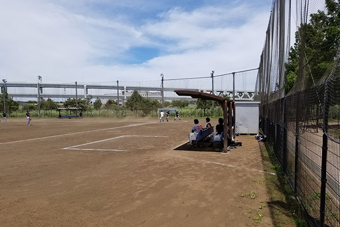新横浜公園で同僚達と草野球。