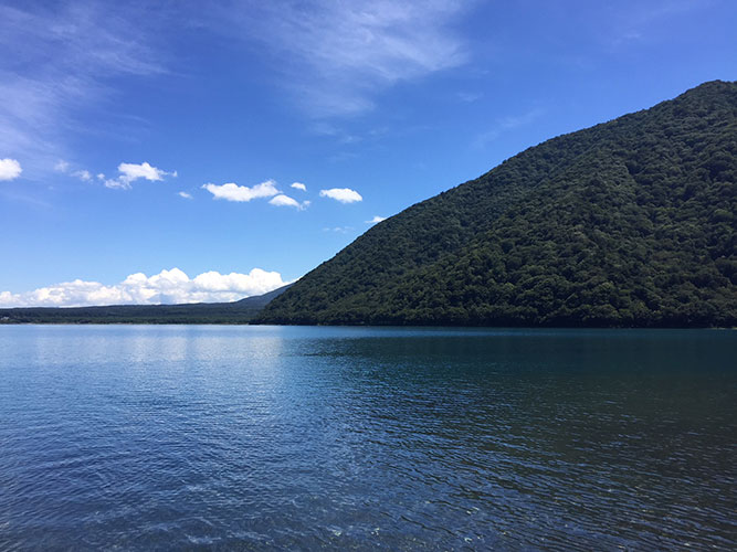 山梨・本栖湖で湖水浴。