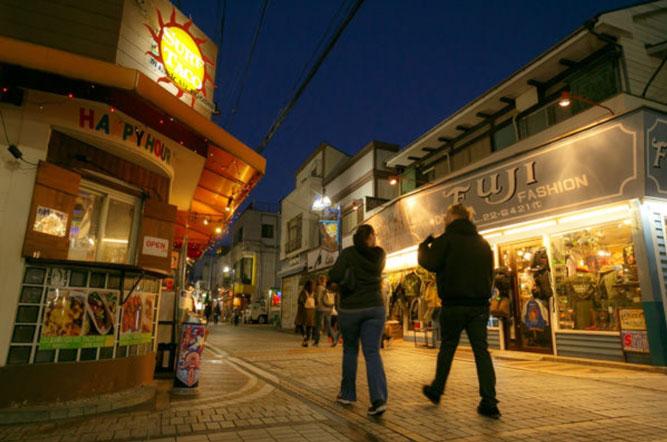 横須賀の「どぶ板通り商店街」を紹介!