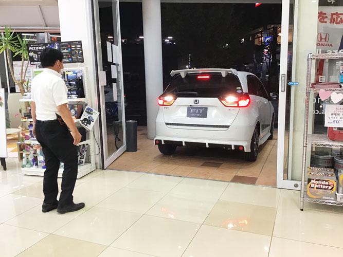 展示車、どうやって店内に入れている?!